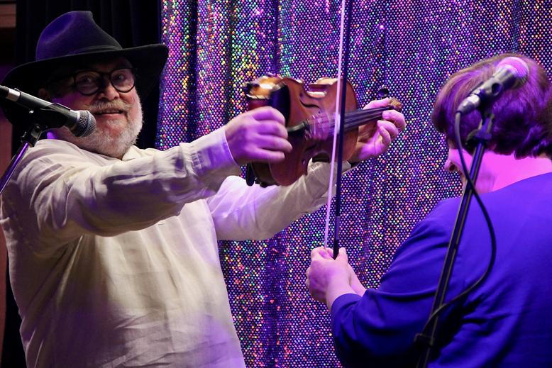 Epstein Klezmer Tov Trio spielt Violine
