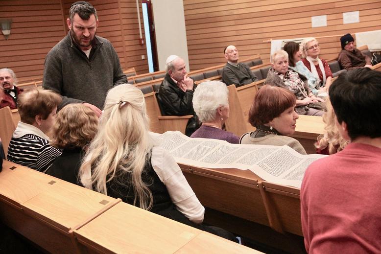 Kantor Moshe Hayoun spricht zu Gemeinde