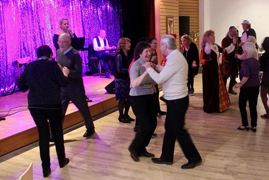 Gemeinde tanzt zu Musik