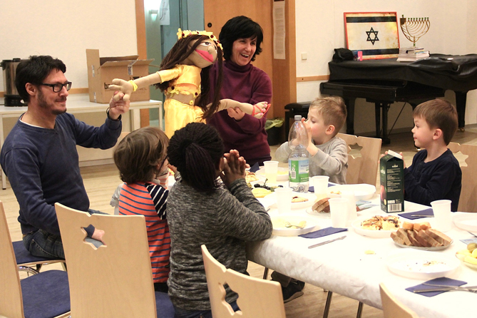 Shlomit Tulgan zeigt Kindern Handpuppe