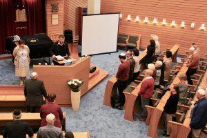 "Kantor Moshe Hayoun stimmt ""El Male Rachamim"" an"