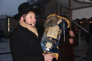 Moshe Flomenmann präsentiert Torarolle