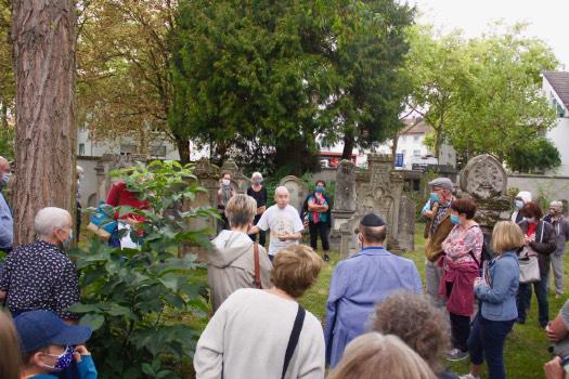 Gemeinde versammelt auf Friedhof