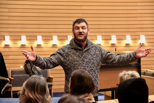 Rabbiner breitet Arme aus