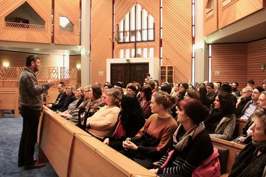 Rabbiner spricht zur Gemeinde