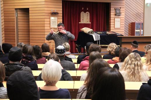 Rabbiner bläst in Horn