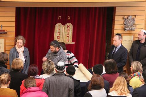 Gemeinde versammelt sich um Rabbiner