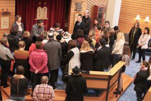Mitarbeiterinnen und Mitarbeiter des Freiburger Caritasverbandes in der Synagoge