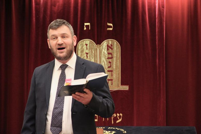 Rabbiner liest aus Buch