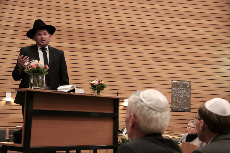 Landesrabbiner Moshe Flomenmann spricht zur Gemeinde