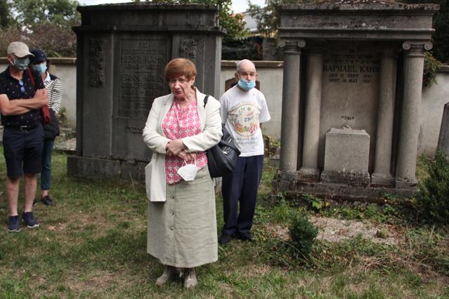 Irina Katz spricht zu Gemeinde auf dem Friedhof