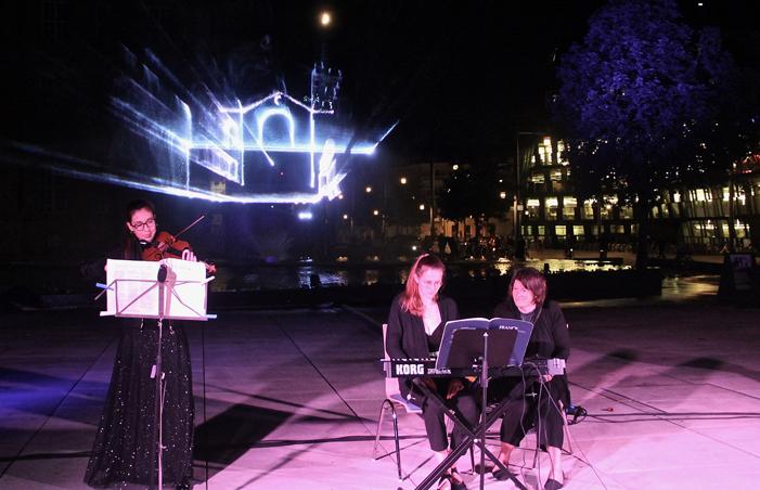 Musikalischer Auftritt vor Laserinstallation
