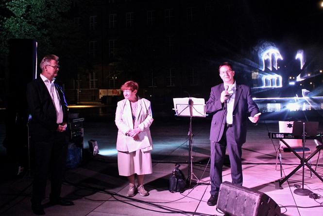 Bürgermeister Ulrich von Kirchbach, Dr. Michael Blume und Irina Katz sprechen vor Gemeinde