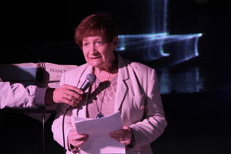 Irina Katz spricht zu Gemeinde