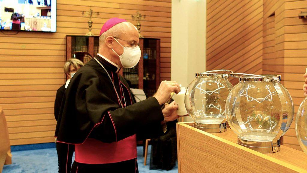 Bischof entzuendet Kerzen