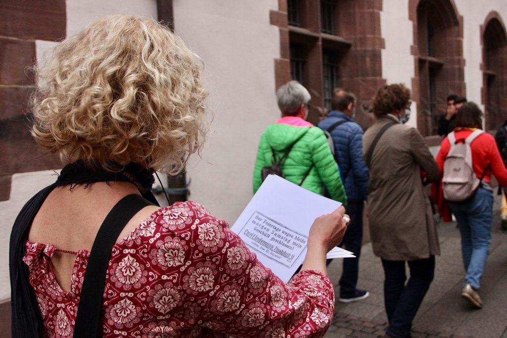 Frau liest Blaetter
