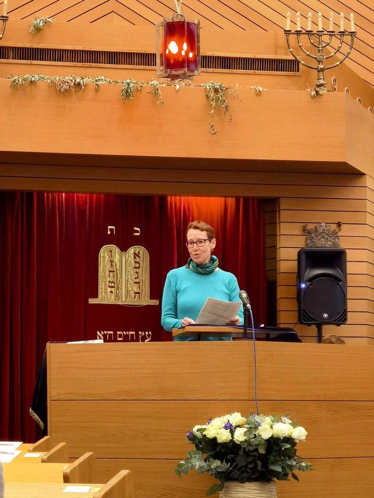 Frau spricht zu Gemeinde