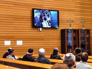 Gemeinde schaut auf Fernseher