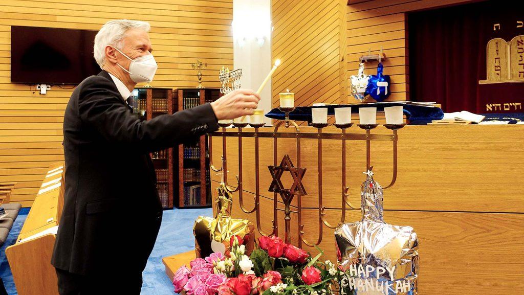 Mann entzuendet Kerzen
