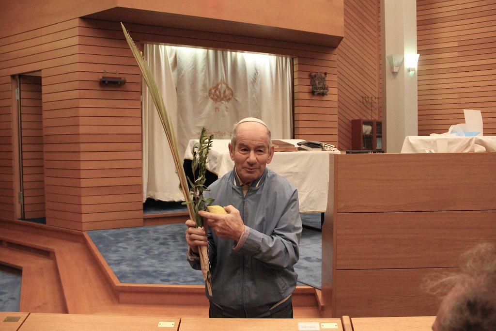 Mann mit Palmblatt