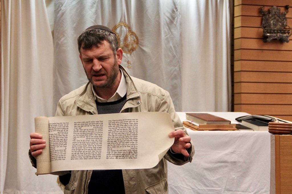 Rabbi praesentiert Papier
