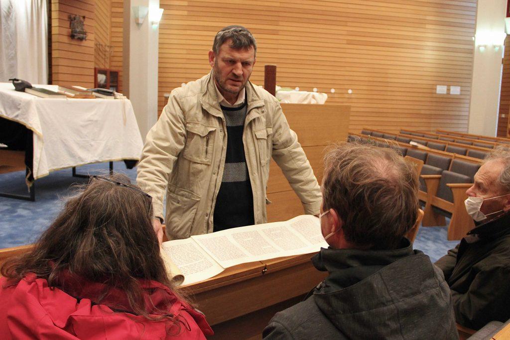 Rabbi spricht zu Gemeinde