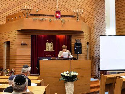 Gemeindemitglied spricht zu Gemeinde