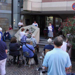 Irina Katz spricht zu Gemeinde auf den Synagogenstufen